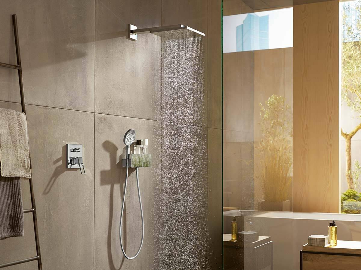 浴室中的流行趋势:在粗糙的墙面前淋浴。
