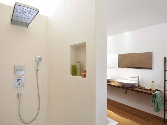 鲜明建筑中采用简约设计的淋浴系统。
