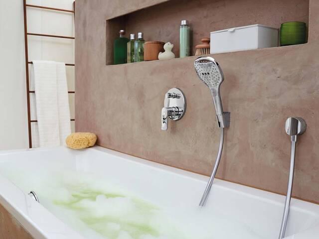 现代氛围下的典雅浴缸龙头和手持花洒。