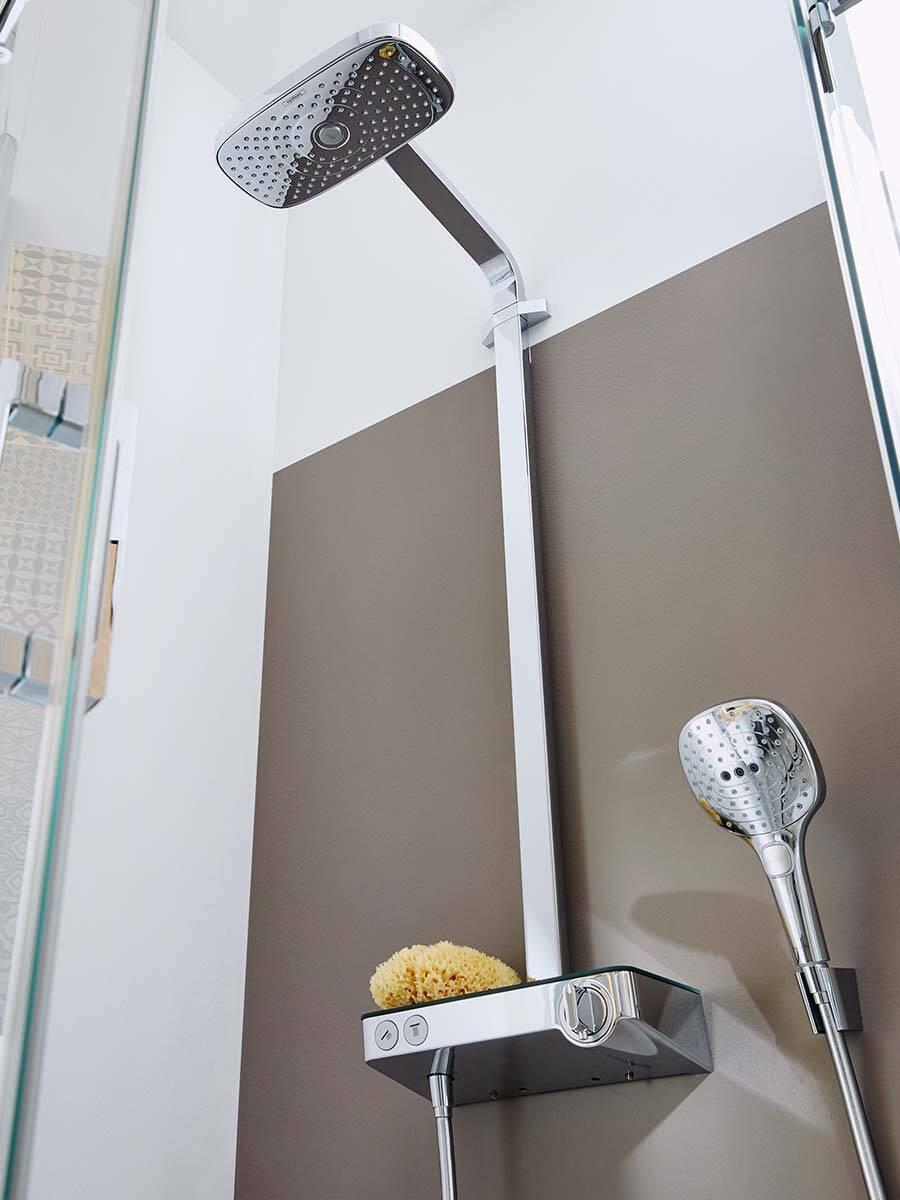 配有典雅淋浴管、恒温器和手持花洒的淋浴房。