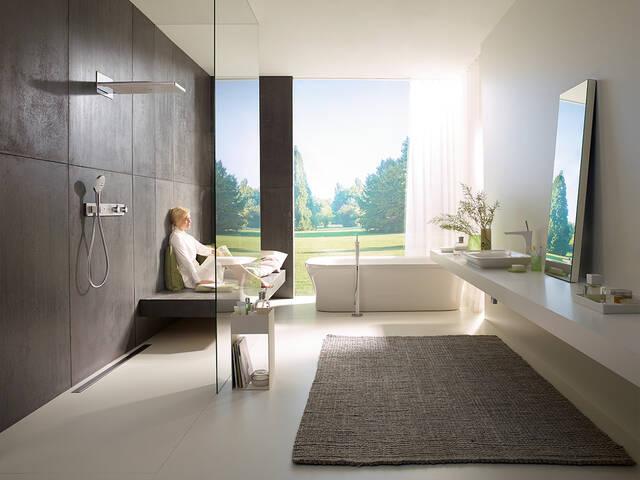 配有浴缸且设计前卫的宽敞浴室。