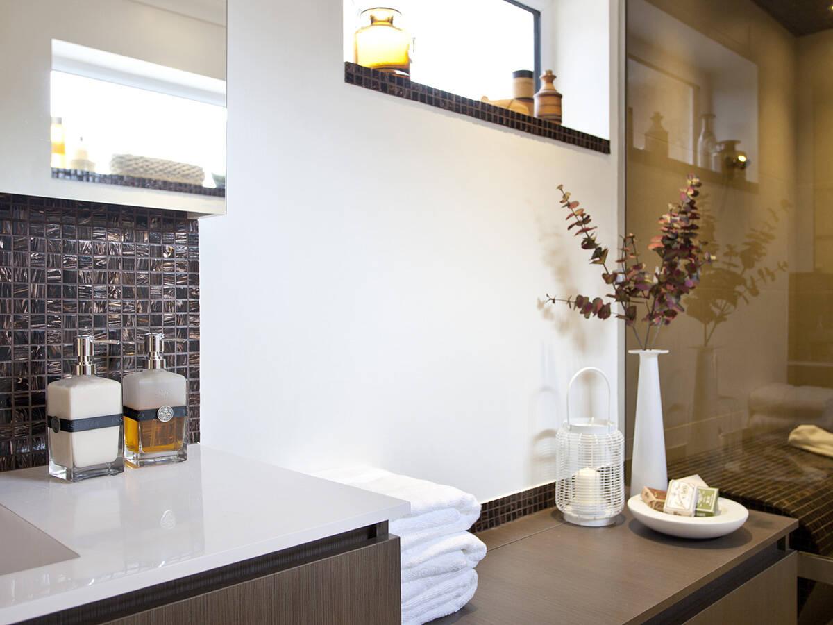 典雅台盆和温暖的棕色浴室家具。