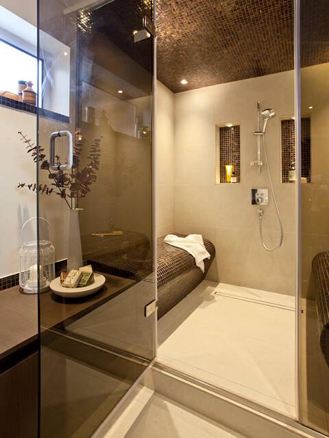 配有座位和典雅淋浴套装的大型淋浴房。