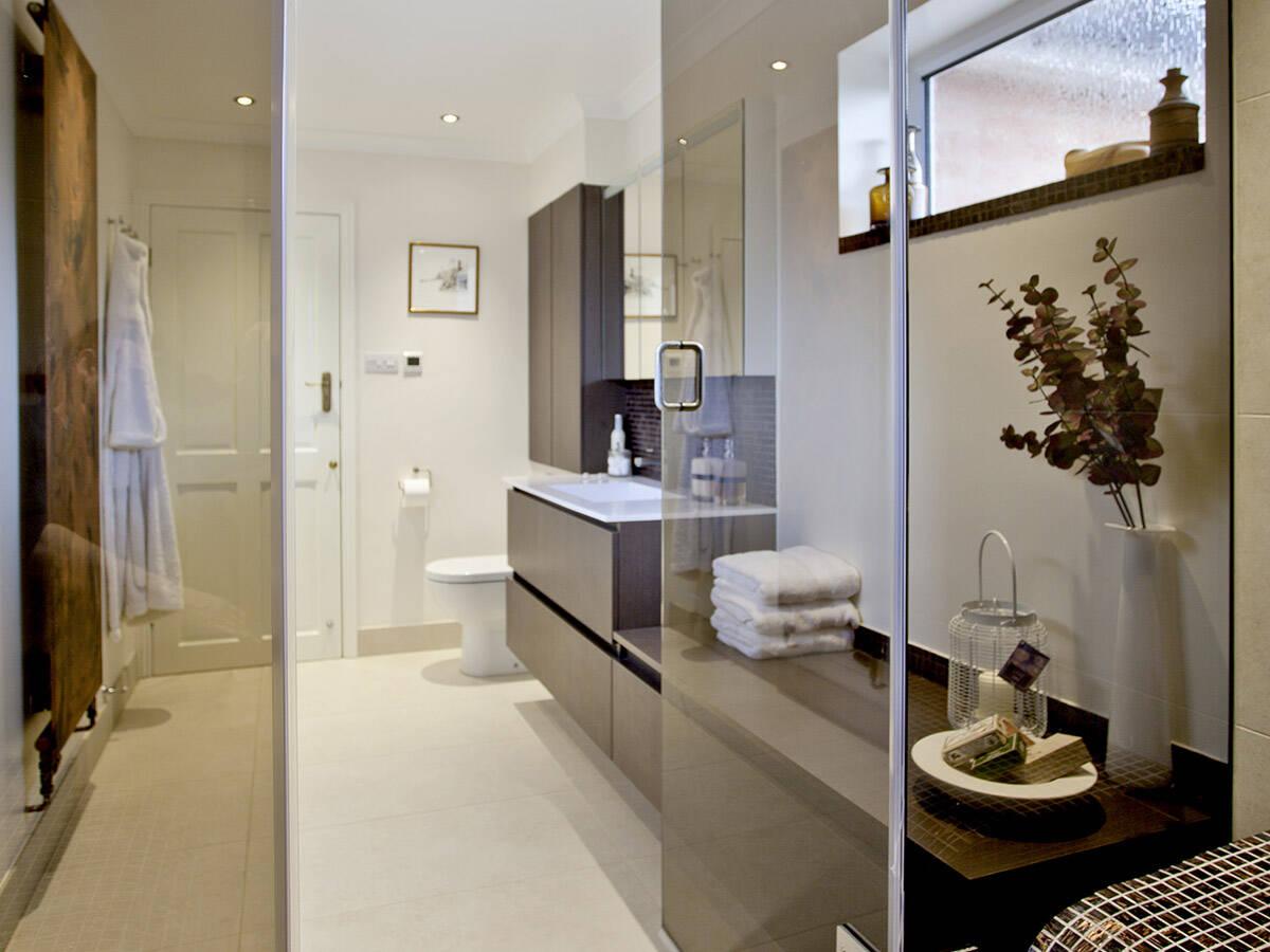 拥有优质内饰并充满舒适氛围的高贵浴室。