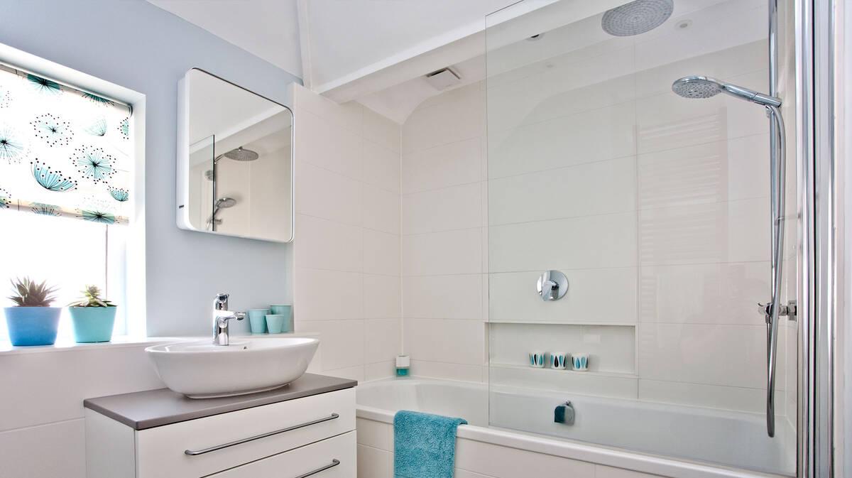 融入新鲜设计和现代龙头的舒适浴室。