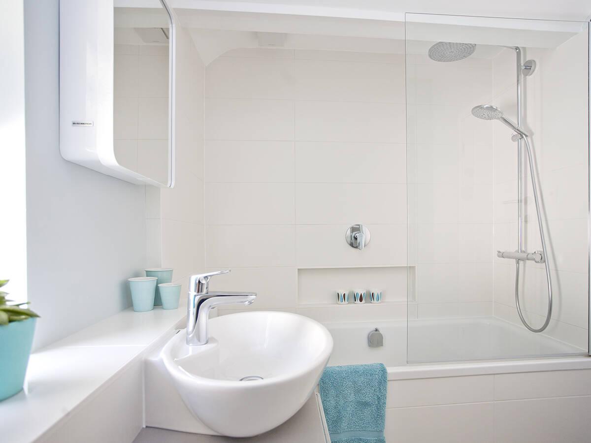 配有台盆和淋浴房的小型浴室示例。