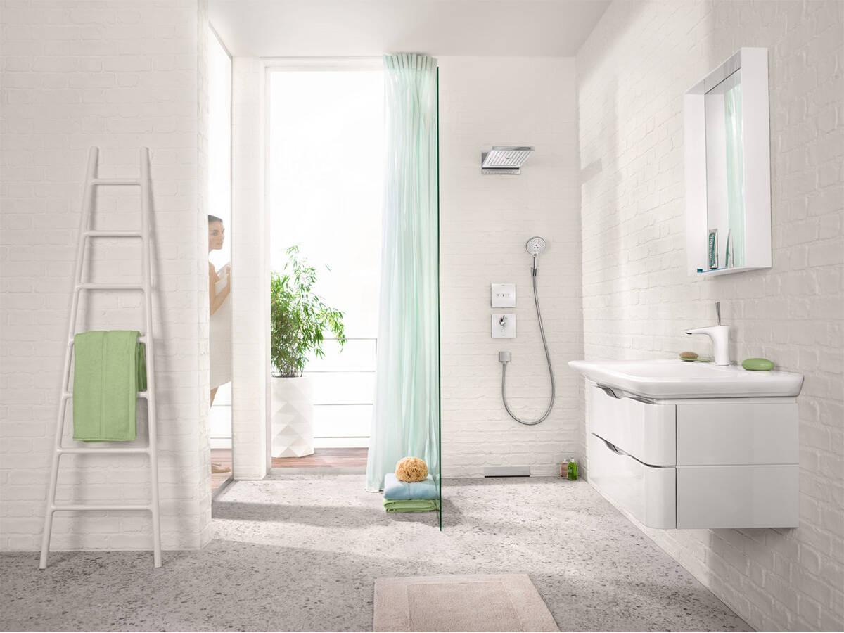 带阳台和玻璃制淋浴屏风的明亮浴室。