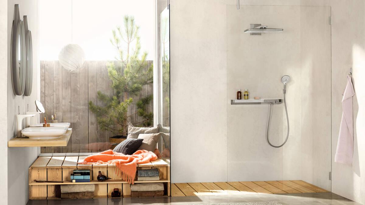 拥有实木地板、安静空间和明亮氛围的生活浴室。