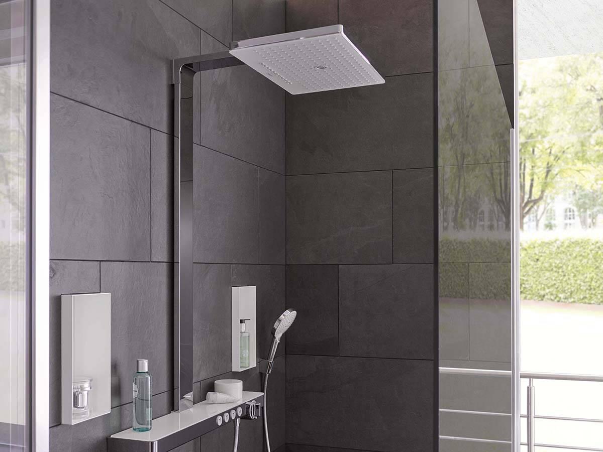 深色瓷砖前配有高贵淋浴系统的大型雨淋式淋浴房。