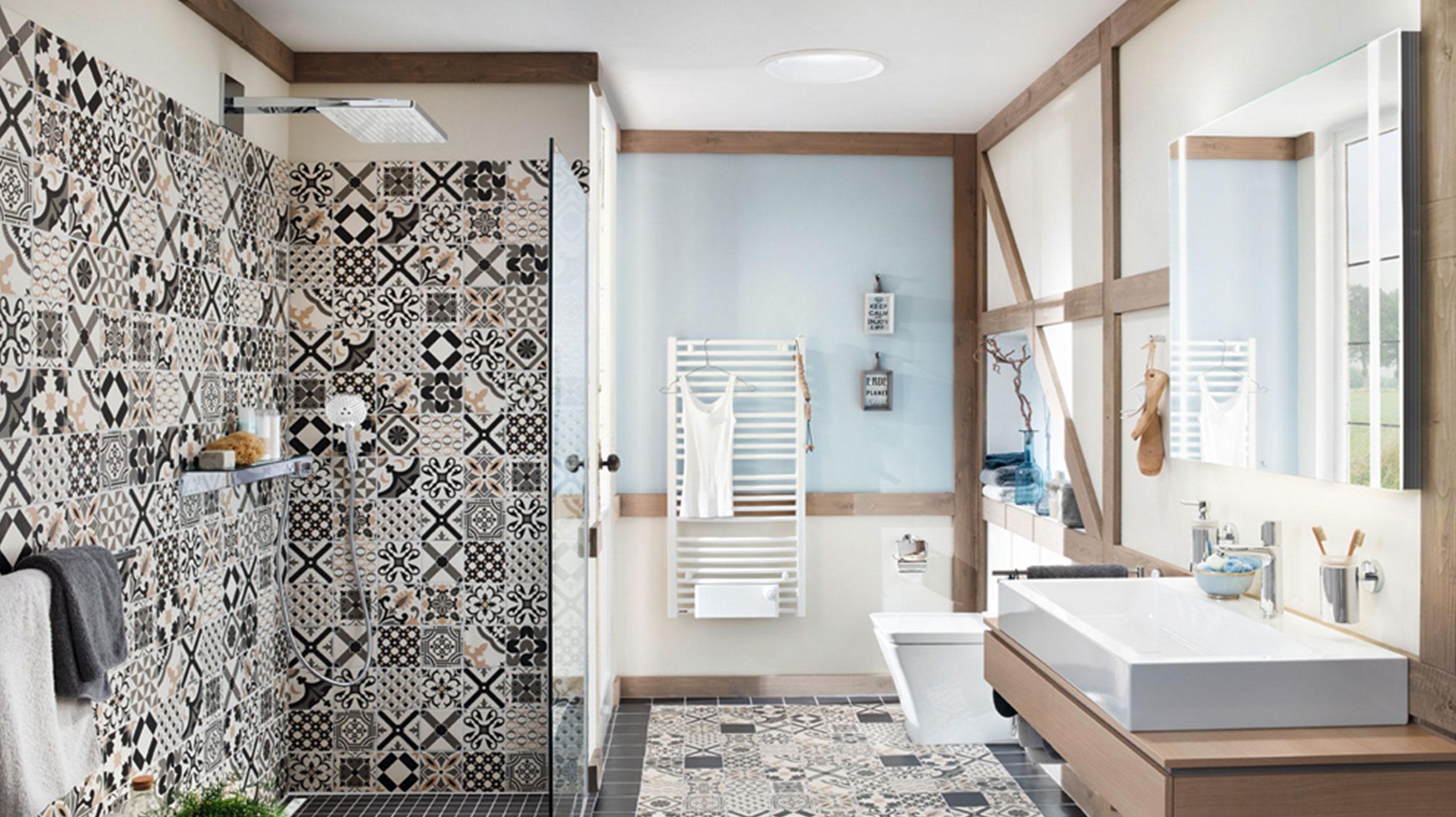 Bon Douche Avec Grande Douche Dans La Salle De Bain Orientale.