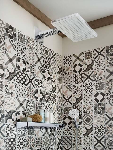 绘有东方纹样的淋浴区墙砖。