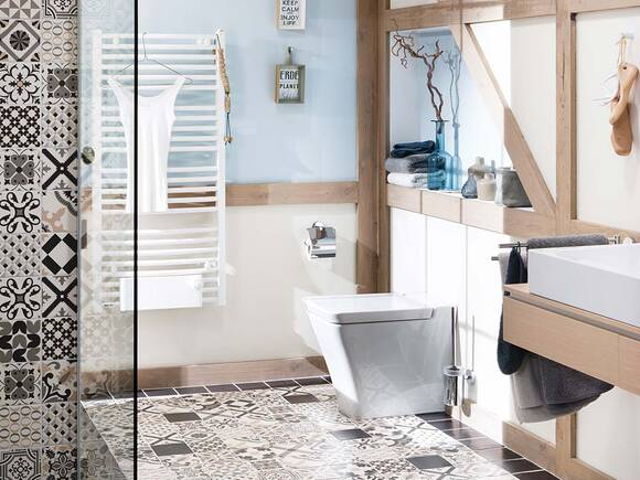 通过带有抽象图案的瓷砖打造东方浴室设计。