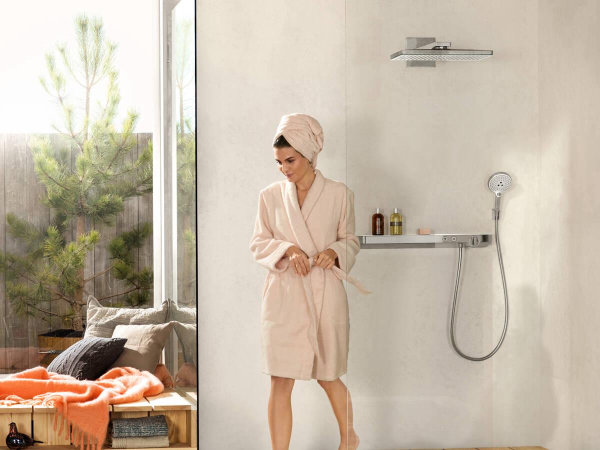 带置物架的明装恒温器:ShowerTablet Select 700。