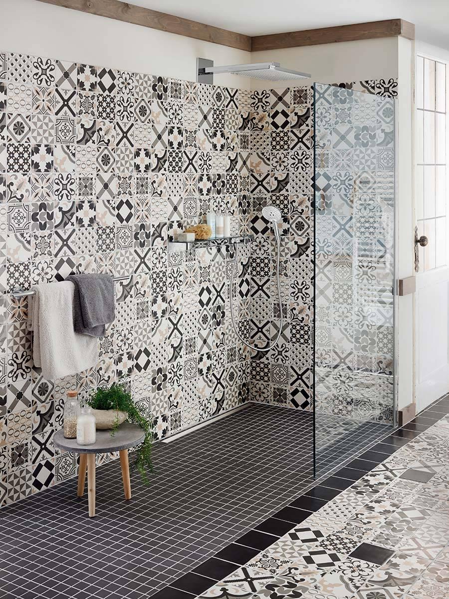 采用东方瓷砖纹饰的与地面齐平的淋浴房。