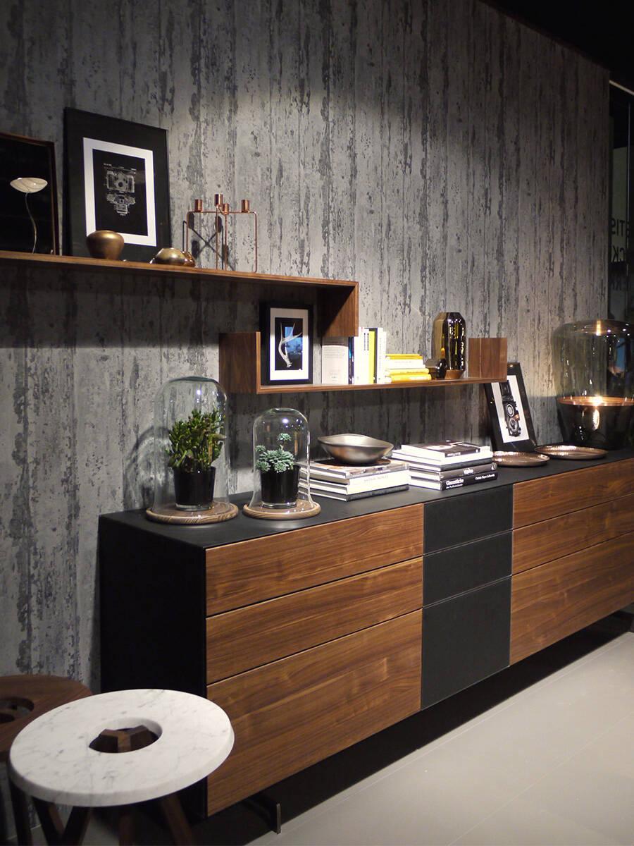 装潢流行趋势:木饰墙面前的餐具柜。