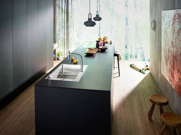 采用木地板的现代开放式厨房。