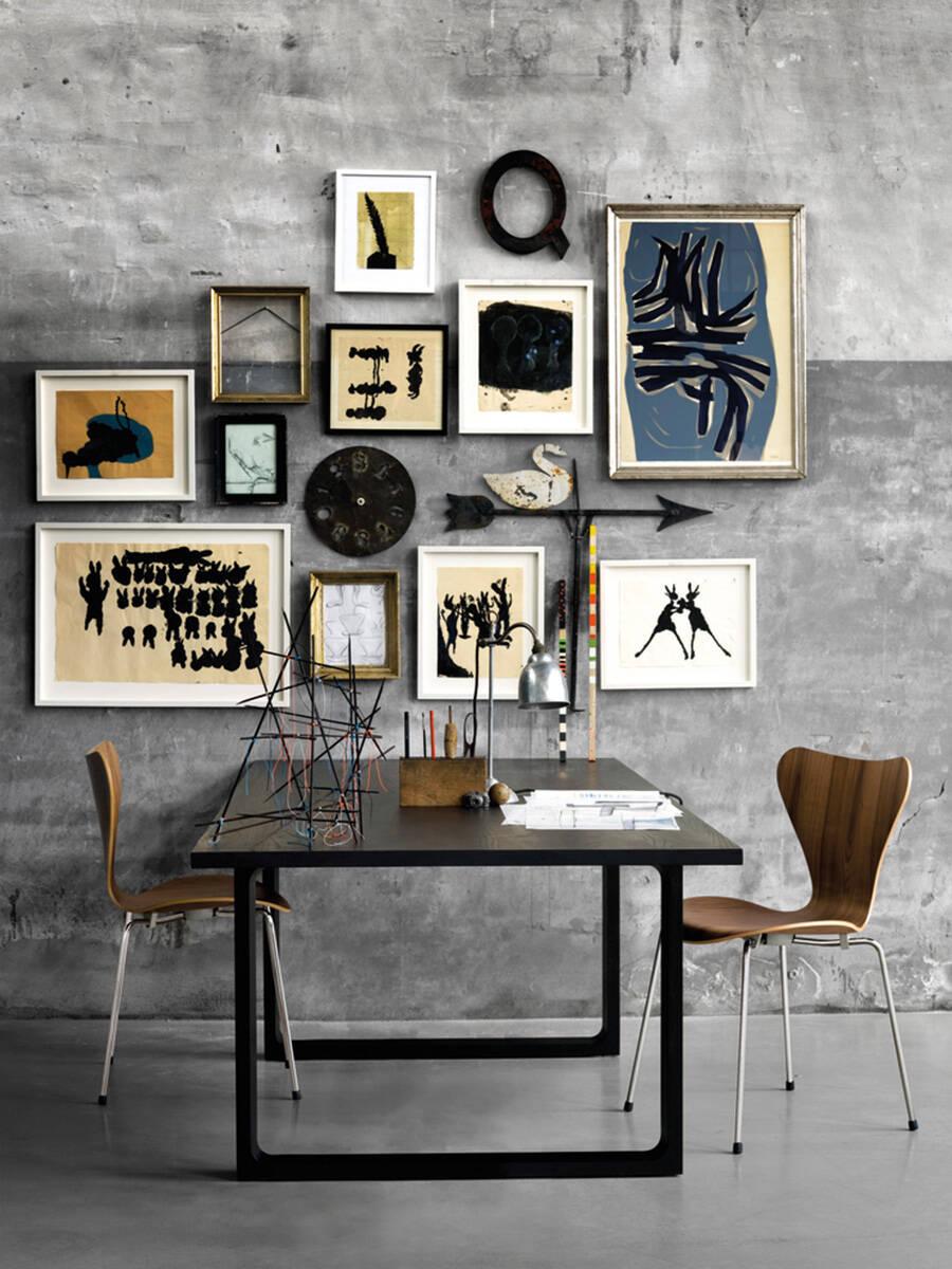 家居潮流:挂在粗糙不平的墙面上的画展。