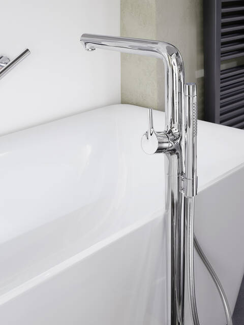 白色的浴缸和闪亮的落地式镀铬龙头。