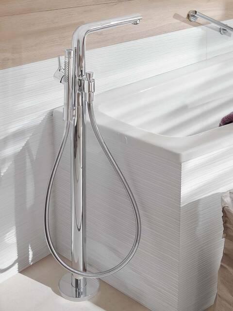 配有落地式镀铬龙头的白色浴缸。