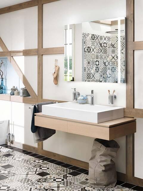 采用东方设计的地砖和墙砖是浴室的主要特征。