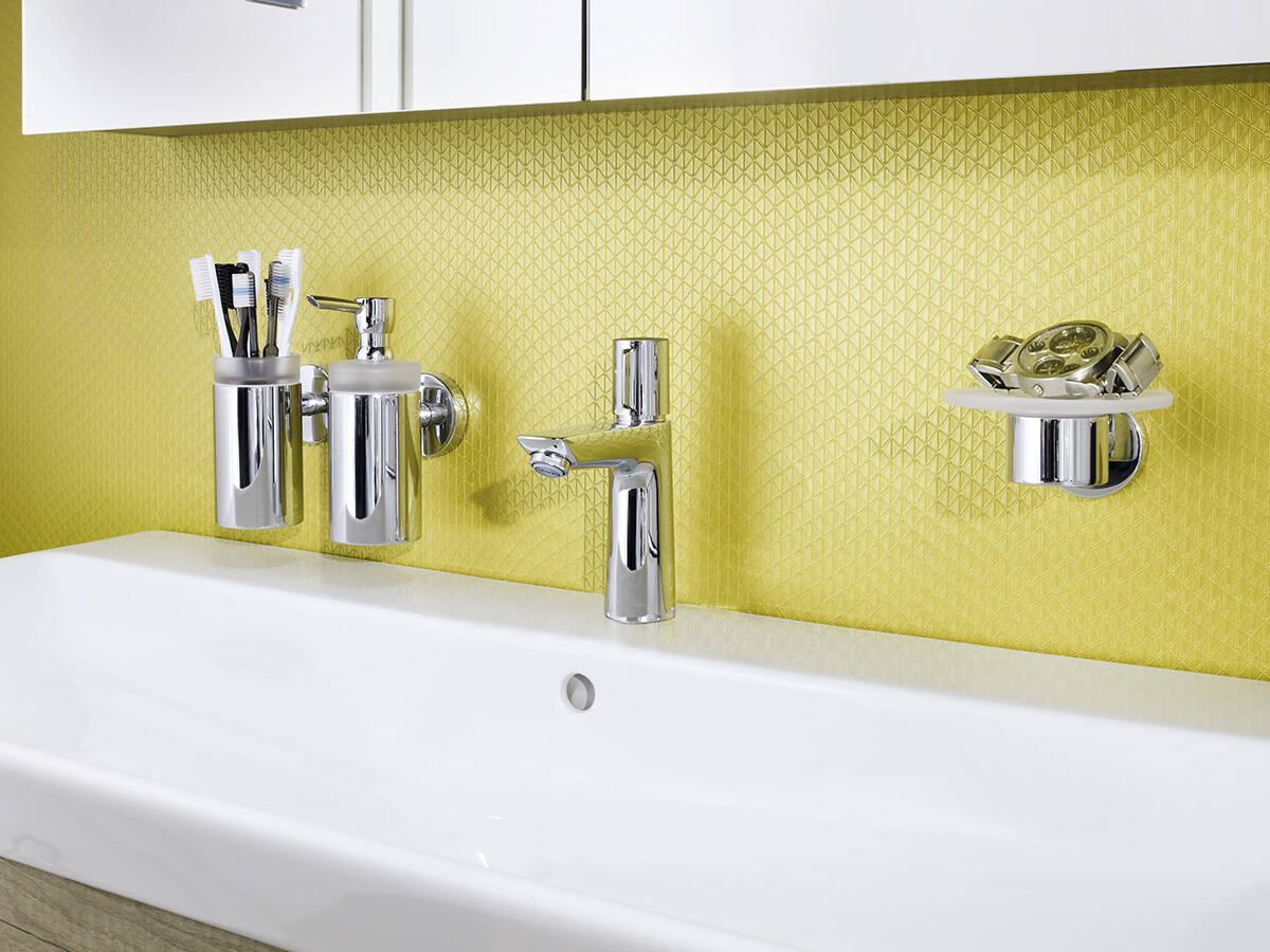 通过按钮控水的现代浴室龙头。