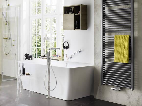 配有典雅龙头的独立式浴缸和淋浴房。