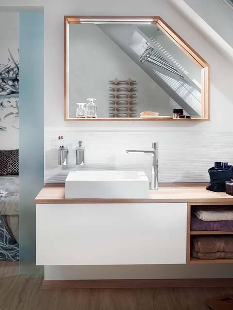 台盆与适合坡屋顶的浴室镜。