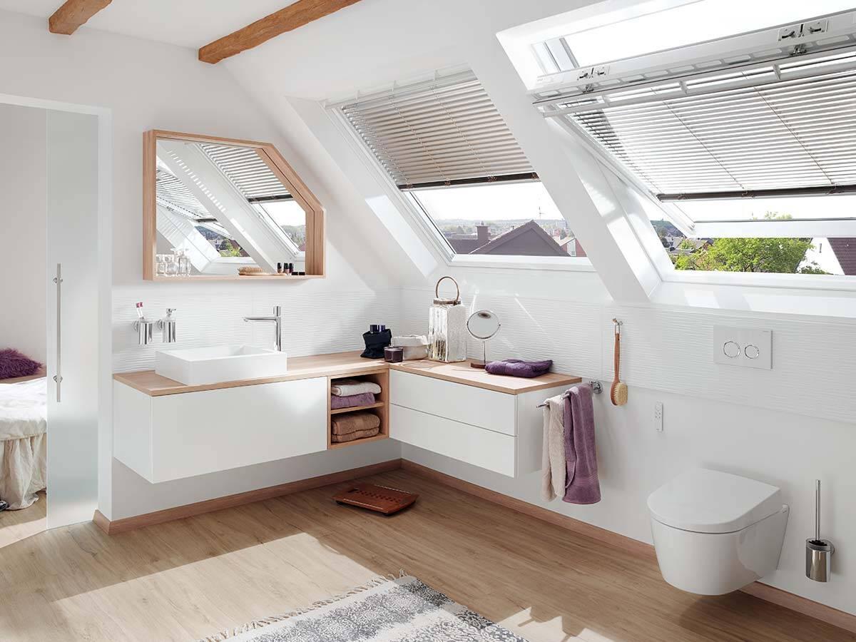 屋顶下配有台盆和马桶的大型家居浴室。