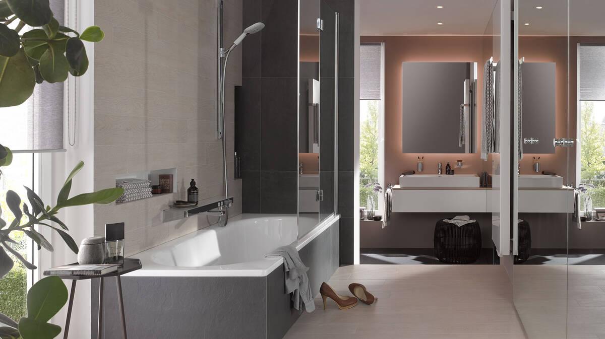 Schmales Badezimmer mit klarem Design elegant gestalten ...