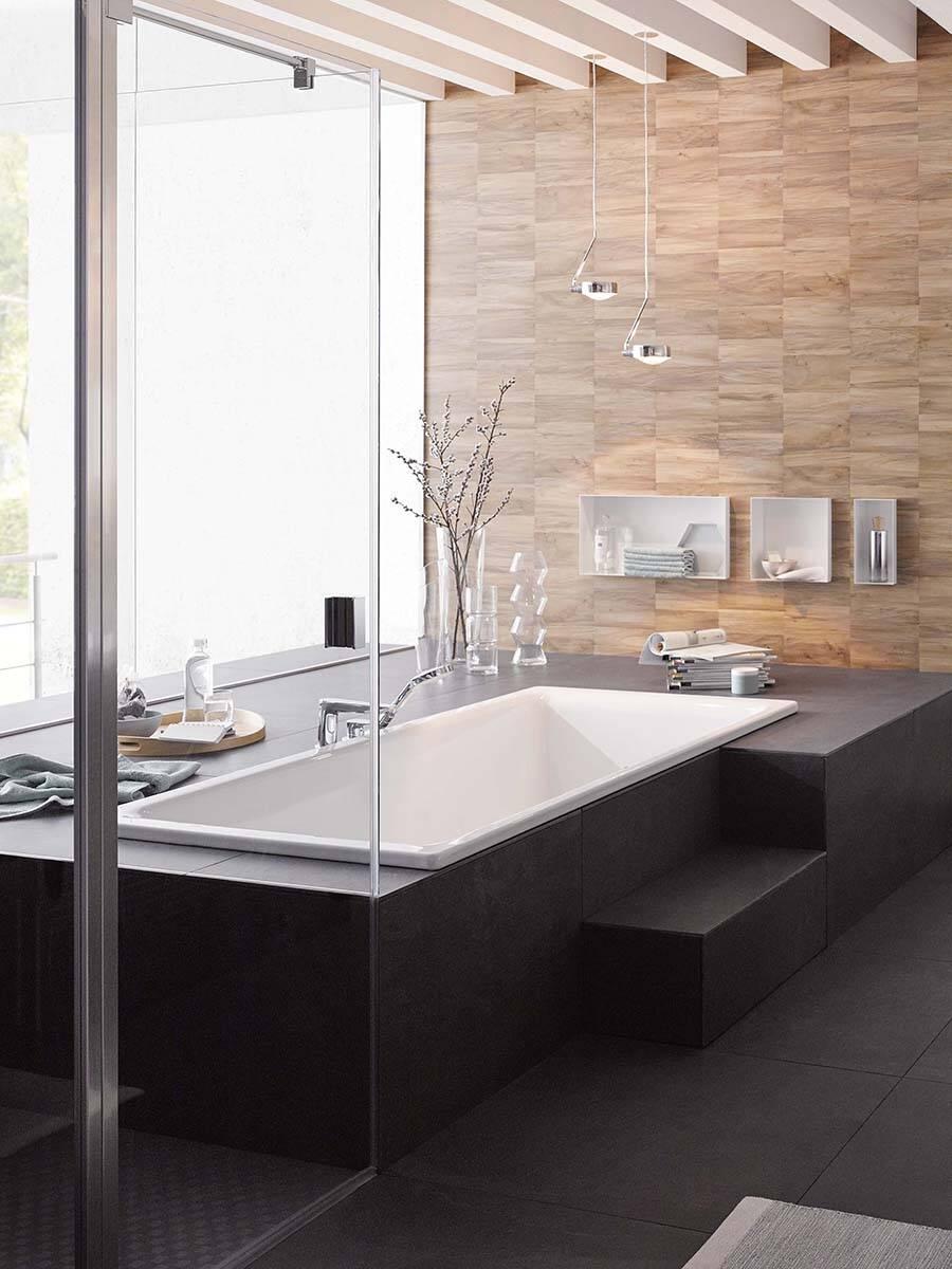 配有典雅龙头的大型浴缸位于房间中心。