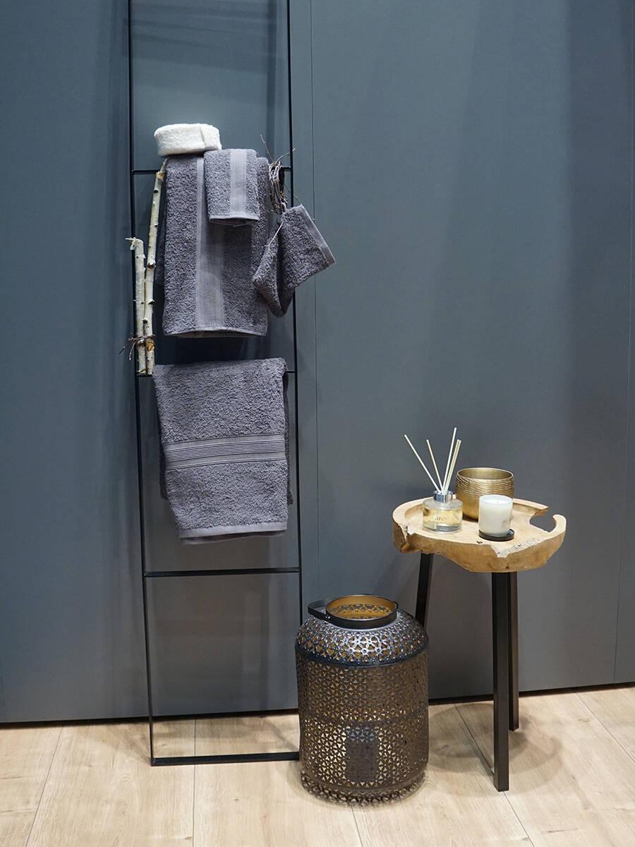 流行的浴室装饰:金属提灯和木凳。