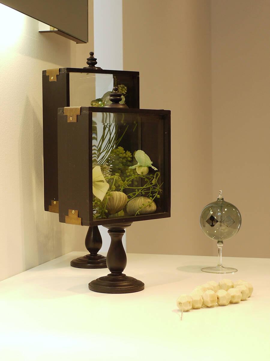 陈设创意:玻璃橱柜作为浴室内的装饰品。