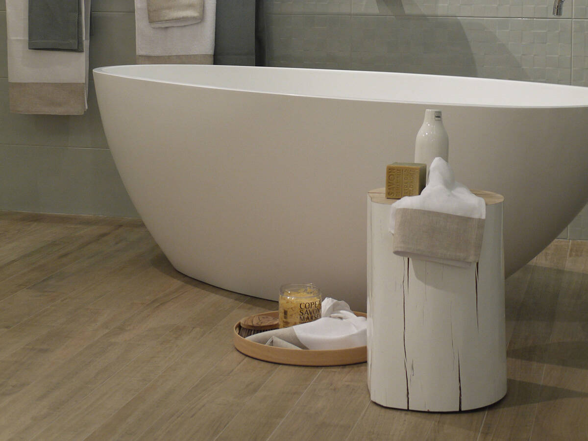 木质配件与独立浴缸形成对比。