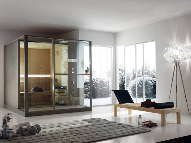 家居浴室中带玻璃面板的桑拿房。
