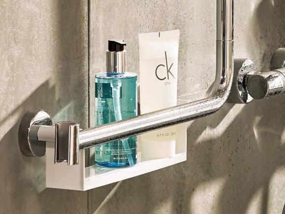 实用的浴室配件:带置物架的 Unica E ShowerTablet。