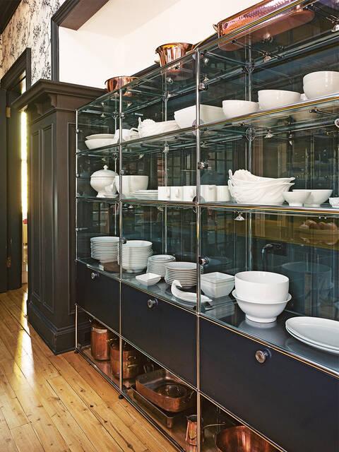 配有玻璃餐具柜的现代起居式厨房。